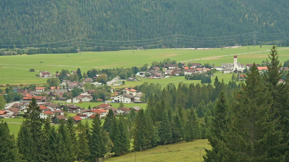der Ort Heiterwang noch vor dem Bau der Umfahrungsstraße (Aufnahme 2005)