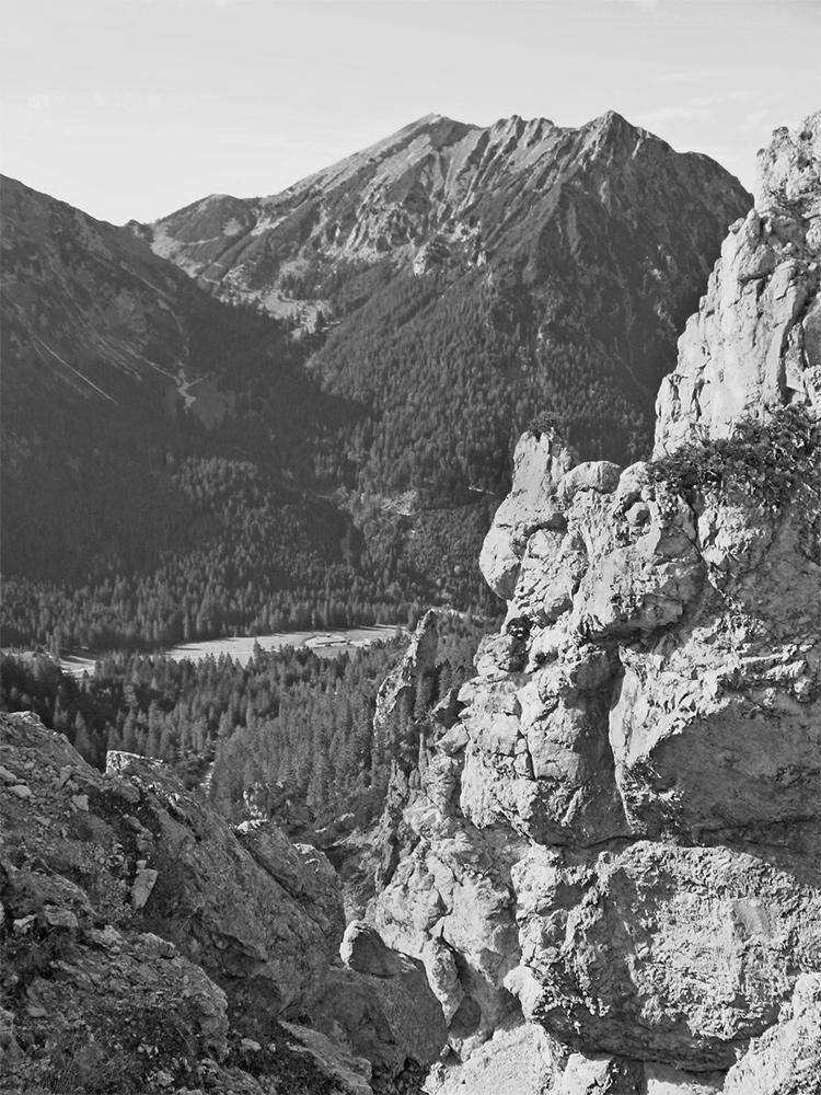 über dem Alptal öffnet sich das Vilser Jöchl - nach Norden hin schließen sich Brentenjoch und Roßberg an