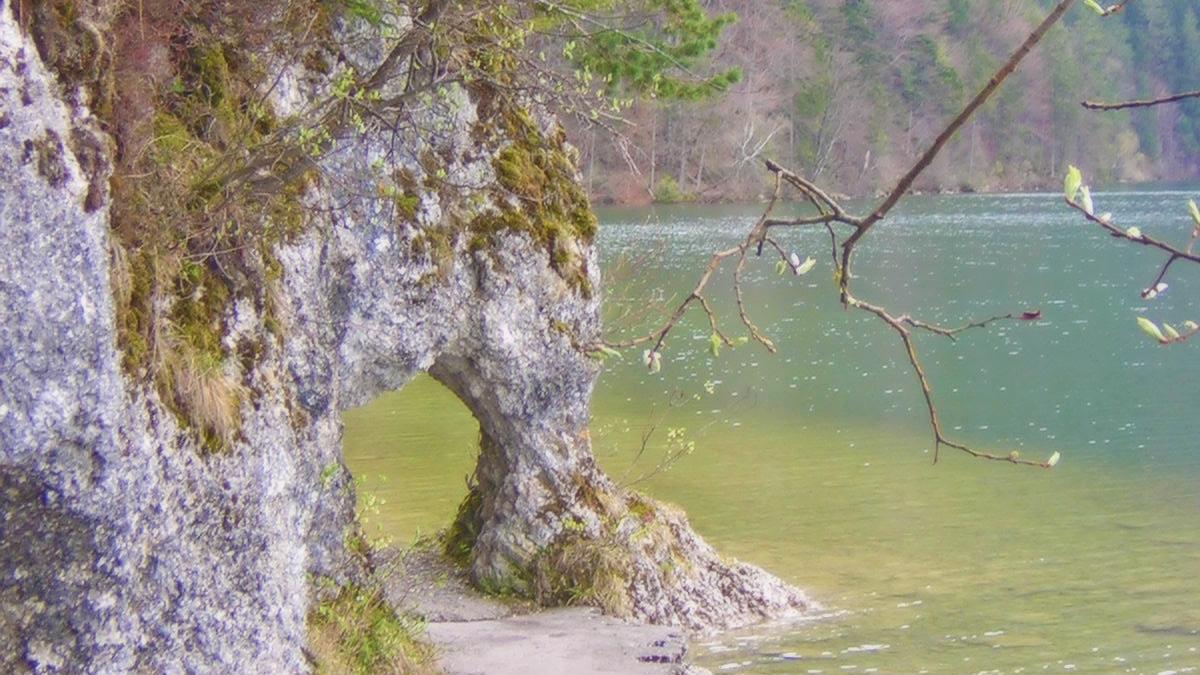 das kleine Felsentor am Weißensee bei Füssen