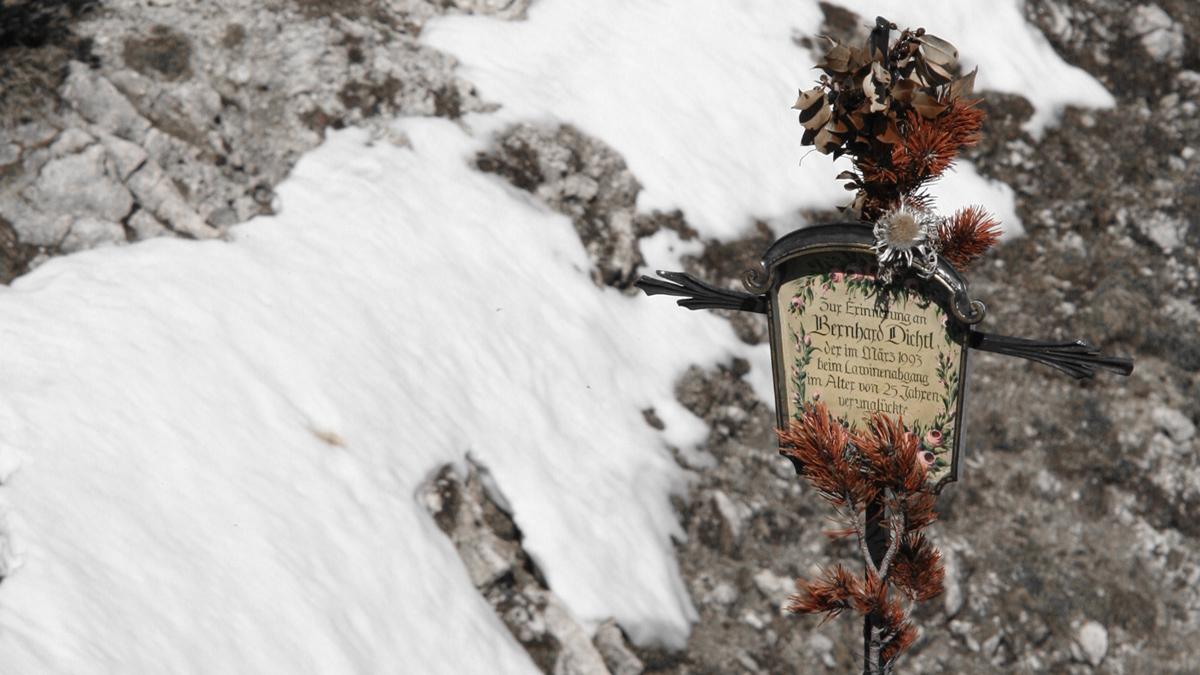 das kleine Gedenkkreuz unweit des Gipfels der Weitalpspitze