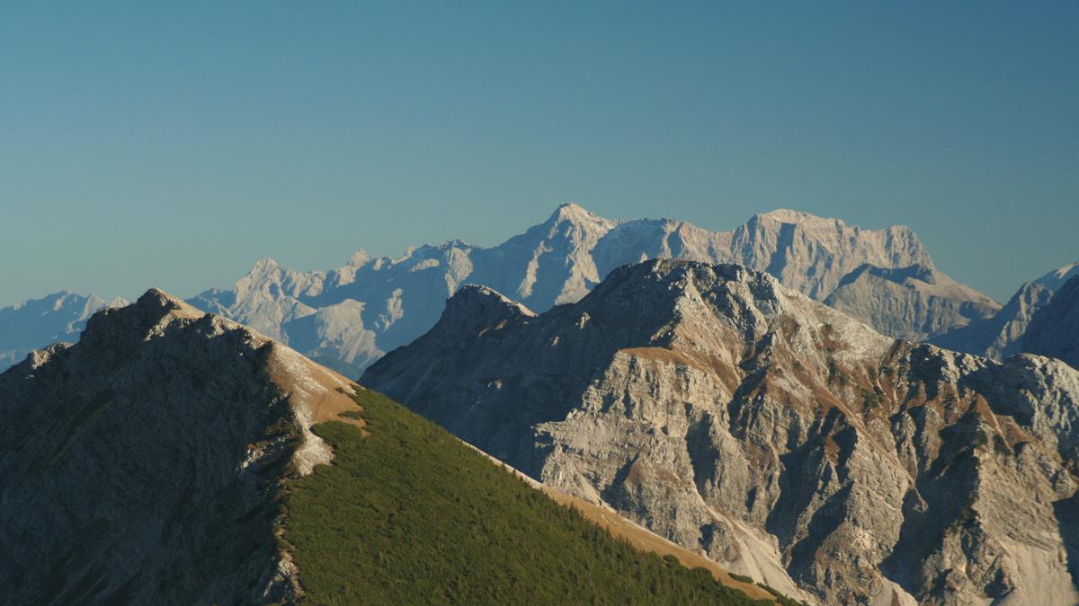 links das Brentenjoch und rechts der Mitte die Große Schlicke - im Hintergrund das Wettersteinmassiv