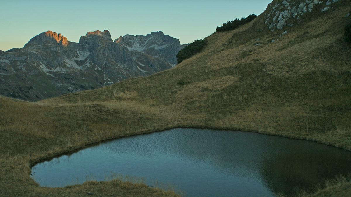 die kleine Lacke am Hundskopf während des Anstieges zum Biberkopf - im Hintergrund die Schafalpenköpfe über welche der Mindelheimer Klettersteig verläuft