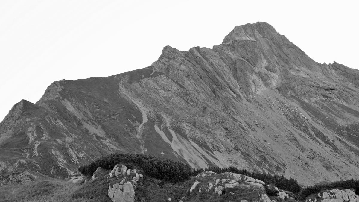 Blick vom Hundskopf zur Westschulter und der plattigen Südwand des Biberkopfs