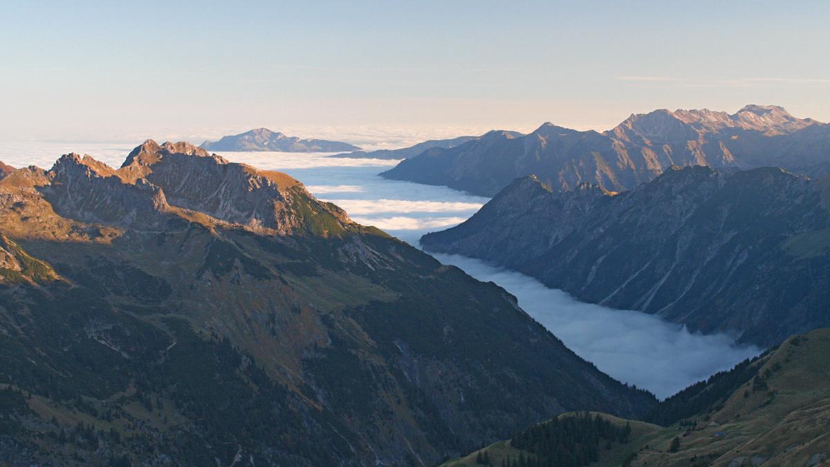 noch wabern die Nebel über dem Illertal - in der Höhe zeigt sich aber bereits die Sonne und bringt die ersten Gipfel zum Leuchten