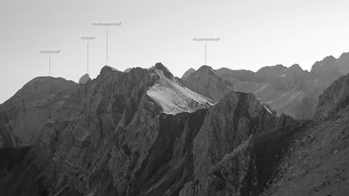 der Blick aus der Biberkopf-Nordflanke zeigt eine eindrucksvolle Bergwelt