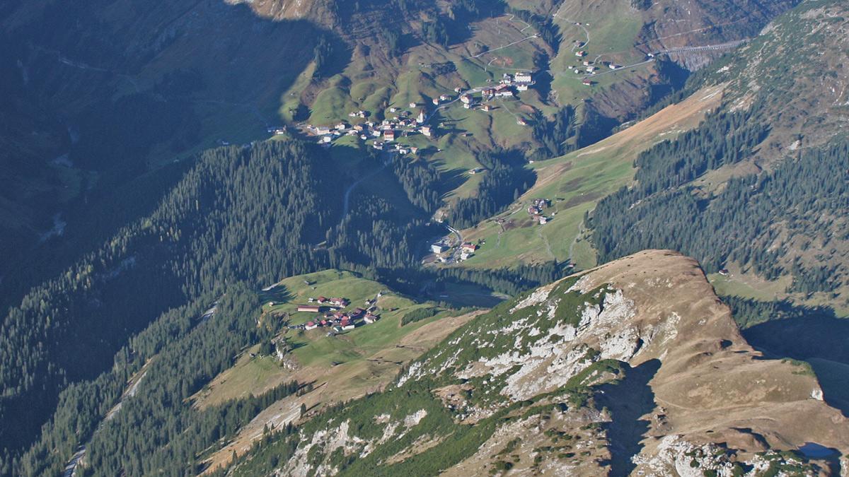 die durch die Walser geprägten Ansiedlungen im obersten Lechtal - Lechleiten auf dem Plateau des westlichen Ausläufers des Biberkopfes, dem Hundskopf, und das weiter unten im Tal gelegene Gehren - über dem Tobel des Krumbaches die Gemeinde Warth auf Vorarlberger Seite