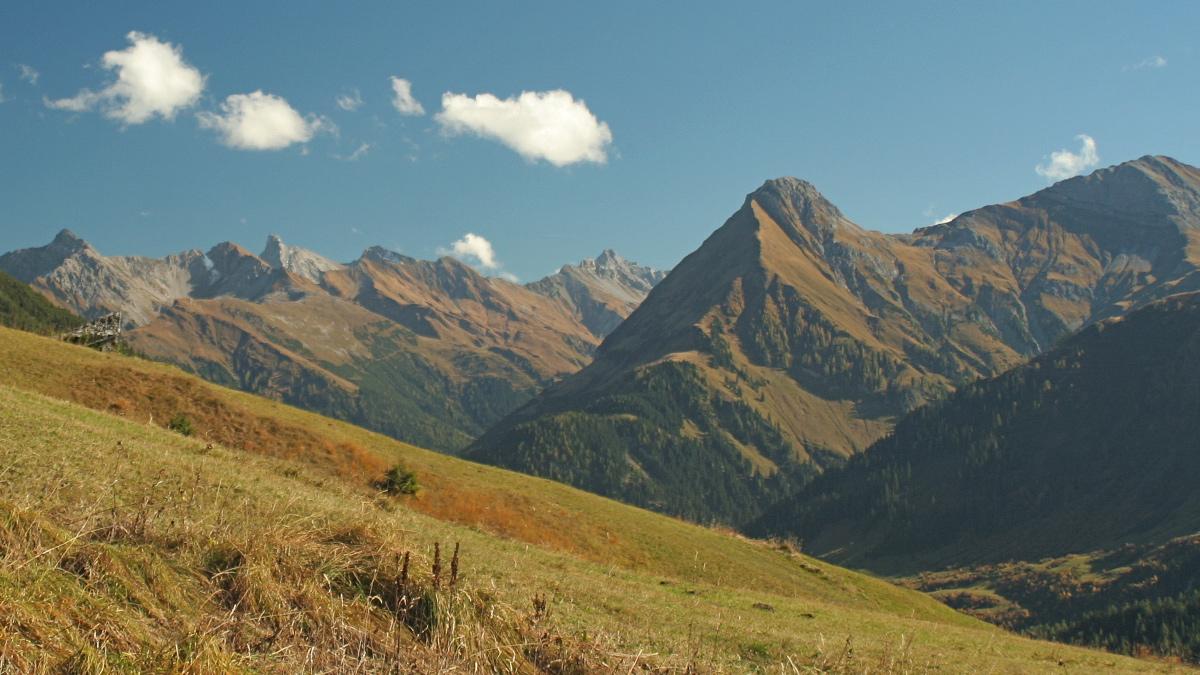 die Bergwelt rund um Kaisers - (v.l.) Griestaler Spitze, Rotschrofenspitze, Holzgauer Wetterspitze, Feuerspitze, Alplespleisspitze, Pimig und Schwarzer Kranz