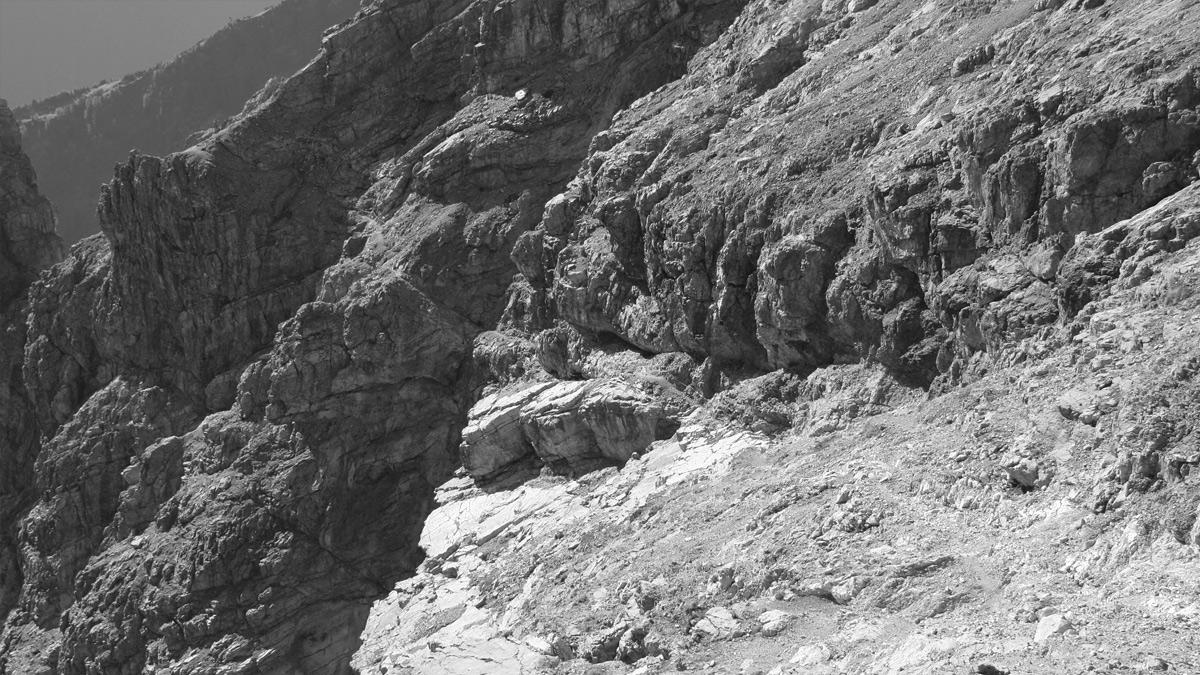 der versicherte Enzensberger Weg führt von etwas oberhalb der Schwärzerscharte durch die Ostflanke der Bretterspitze ins Gliegerkar hinab