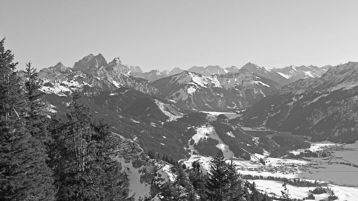 Blick vom Gipfelgrat des Einsteins hinab ins Tannheimer Tal