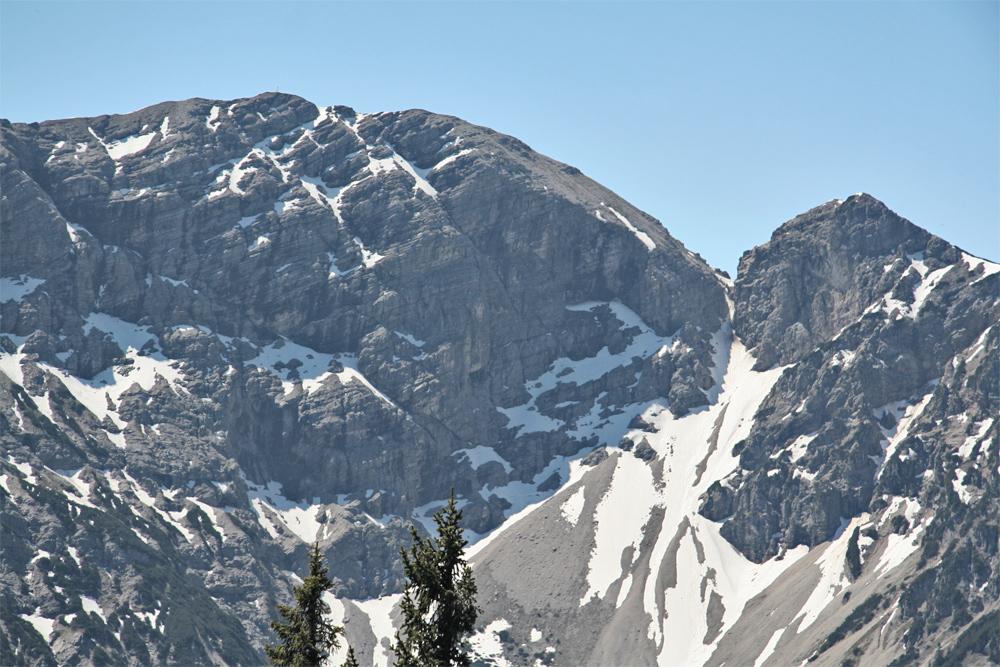 Blick auf die Nordflanke des westlichen Geierkopfes und das Ammerwaldloch (rechts im Bild)