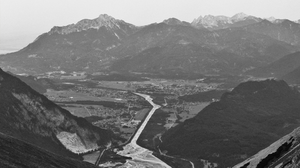 Gipfelblick von der Schwarzhanskarspitze auf den vom Lech durchflossenen Reuttener Talkessel, im Hintergrund links der Säuling in den Ammergauer Alpen