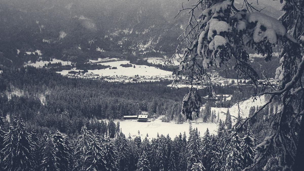 der winterliche Frauensee, im Hintergrund die Gemeinde Pflach
