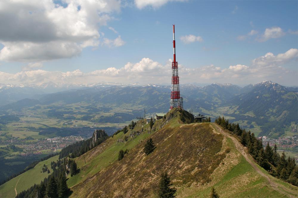 Blick vom Übelhorn auf die Sendeanlage am Grünten über dem Illertal