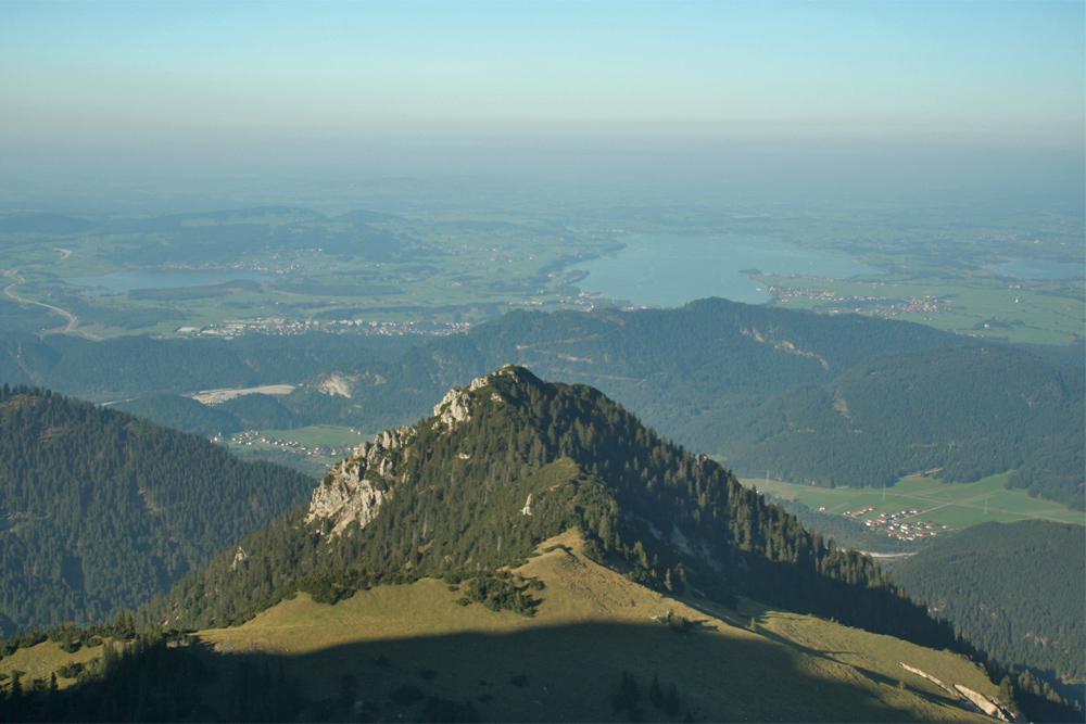 Gipfelblick von der Gehrenspitze auf den nordöstlich vorgelagerten Hahlekopf, im Hintergrund die Füssener Seenplatte mit Hopfen-, Forggen- und Bannwaldsee