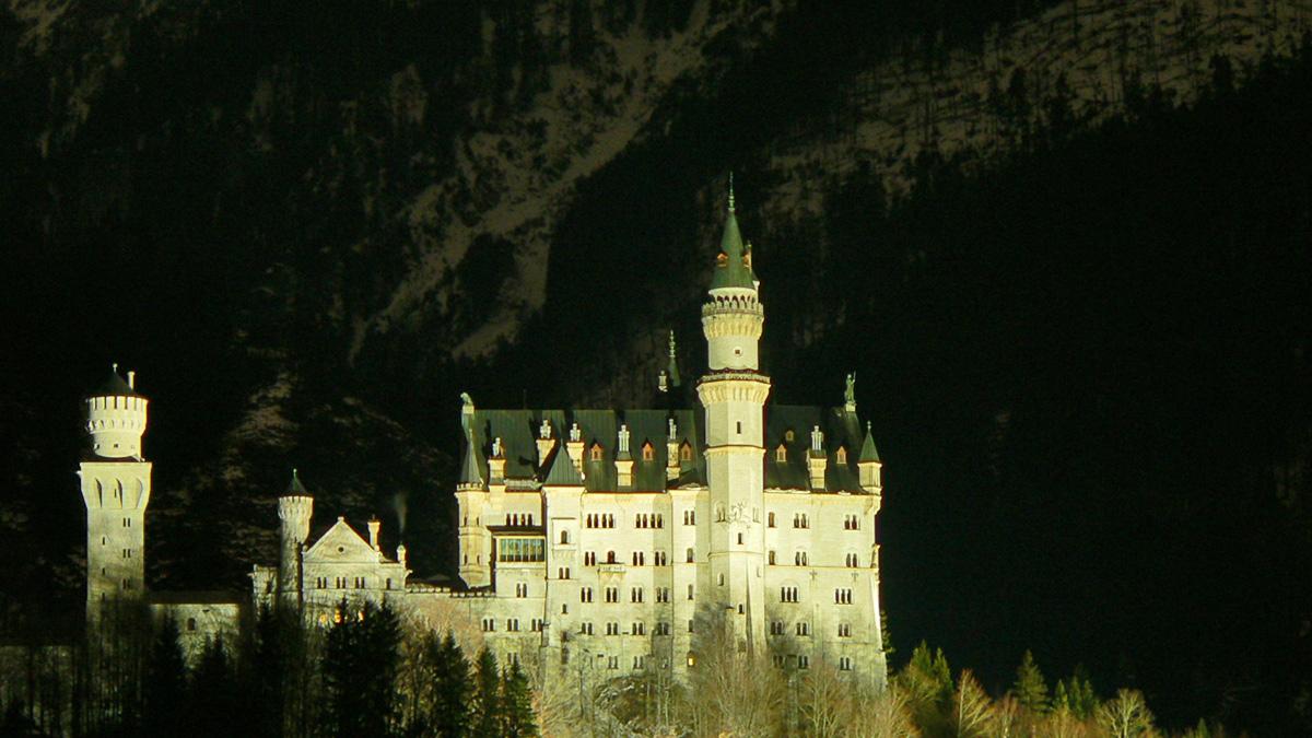 das Märchenschloss Neuschwanstein des König Ludwig II. zu später Stunde