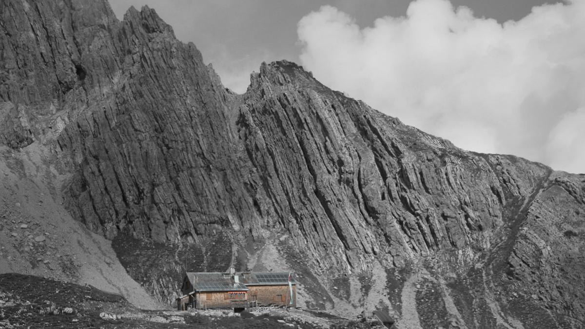 klein wirkt die Barth-Hütte vor den steil aufgerichteten Platten der Wolfebnerspitze