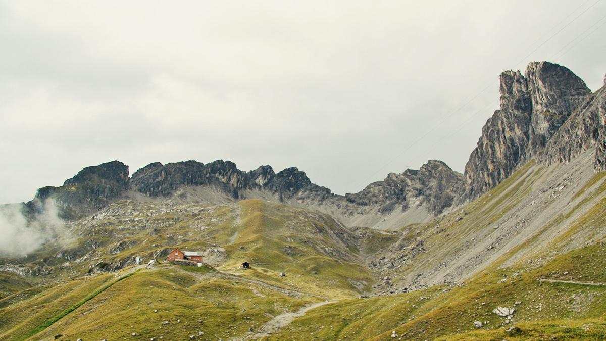 Blick in das Wolfebnerkar mit Barth-Hütte welches von Ilfen-, Platten- und Wolfebnerspitze eingerahmt wird