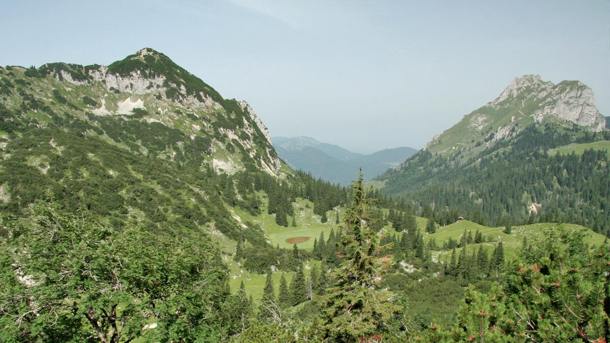 unterwegs im Sebental - links der Lumberger Grat mit dem Seichenkopf als Endpunkt, in der Bildmitte der fast verlandete See, welcher dem Tal und dem Almgebiet den Namen gab und rechts der Aggenstein