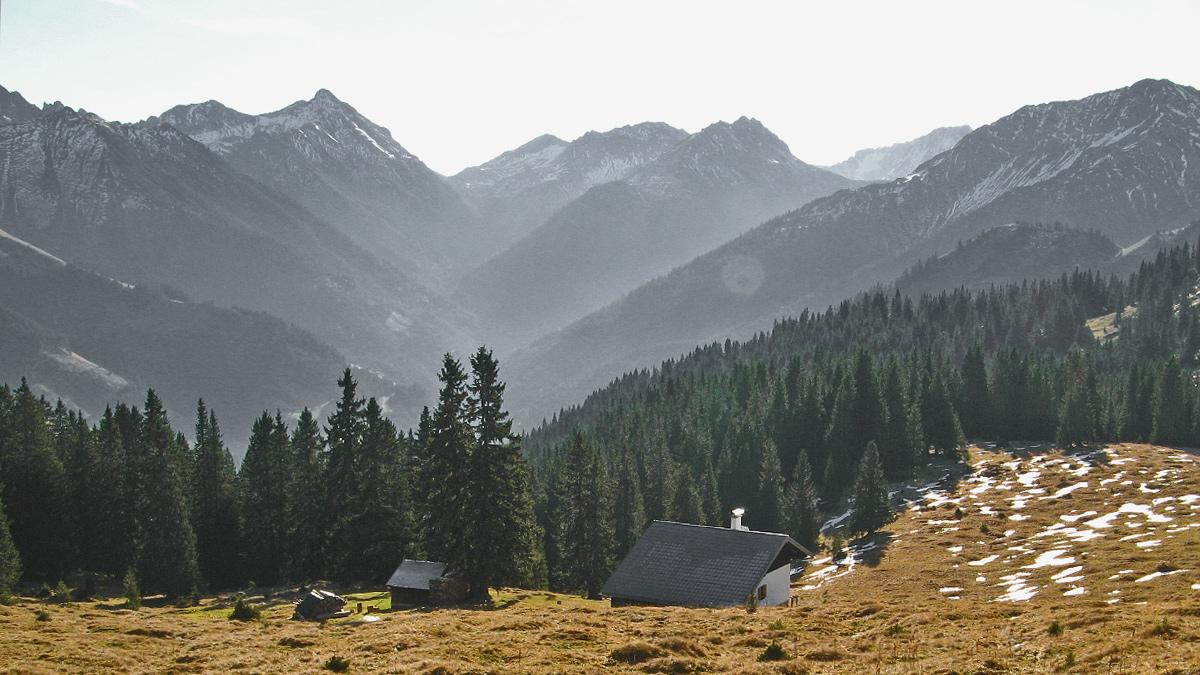 Ausblick von der Reuttener Hütte, einer Selbstversorgerhütte des ÖAV Sektion Reutte, hinein in das Loreggtal hin zum namensgebenden Loreakopf