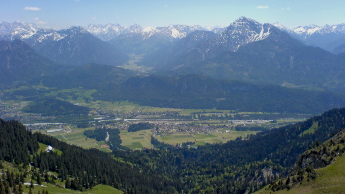 Ausblick auf Höfen bei Reutte - der Querriegel des Schlossberges trennt das Reuttener Talbecken von der dahinter liegenden Region Zwischentoren