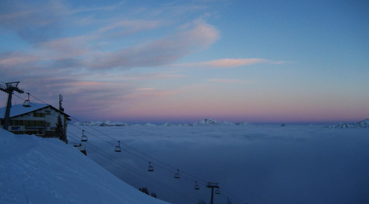 die inzwischen aufgelassene Bergstation der alten Kabinenbahn zum Reuttener Hahnenkamm während einer abendlichen Skitour