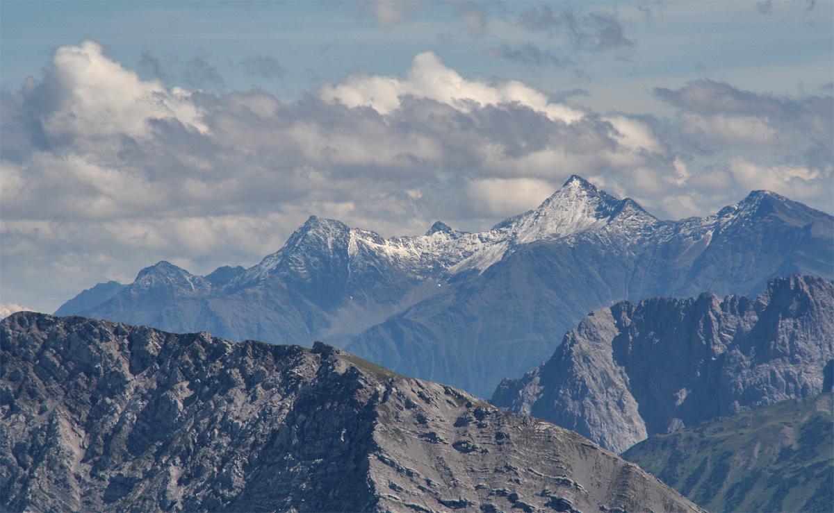 Ausblick aus den Lechtaler Alpen gegen Südosten auf die Gruppe in den nördlichen Stubaier Alpen mit (v.l.n.r.) Schafebner (Schafmarebenkogel), Hocheder und Rietzer Grieskogel