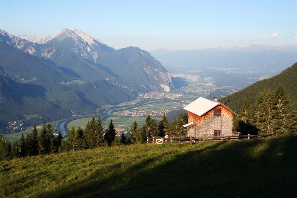 Blick von der Oberhofer Melkalm hinab in das Inntal, links der kleine und große Solstein und in der Bildmitte die Martinswand über Innsbruck