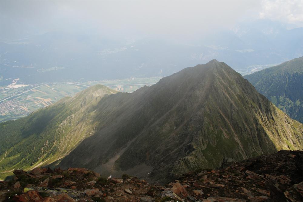 Gipfelblick vom Hocheder auf Schafebner und Sonnkarköpfel, darunter die Ortschaft Oberhofen im Inntal