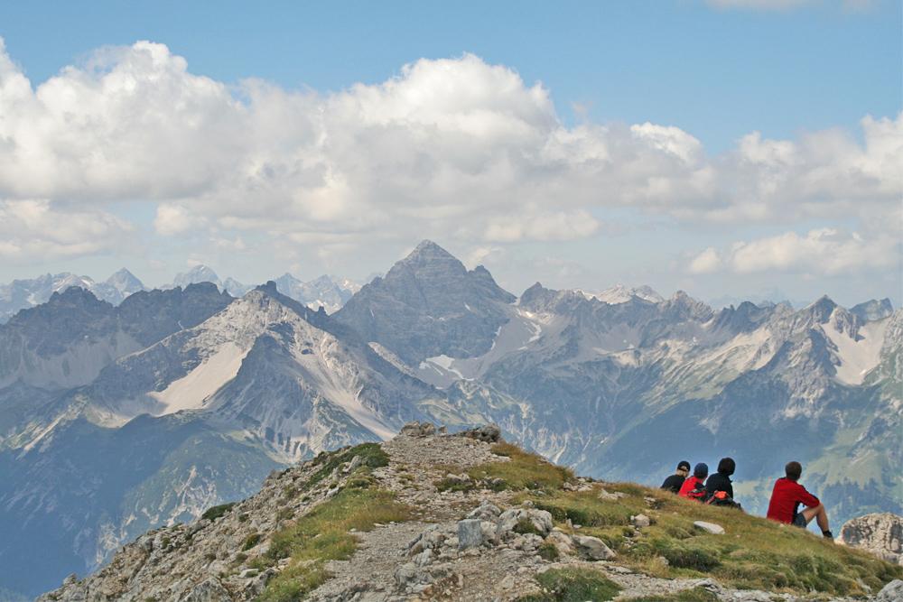 Gipfelblick von der Lailachspitze hinüber zum Hochvogel, welcher stets die Blicke auf sich zu ziehen vermag