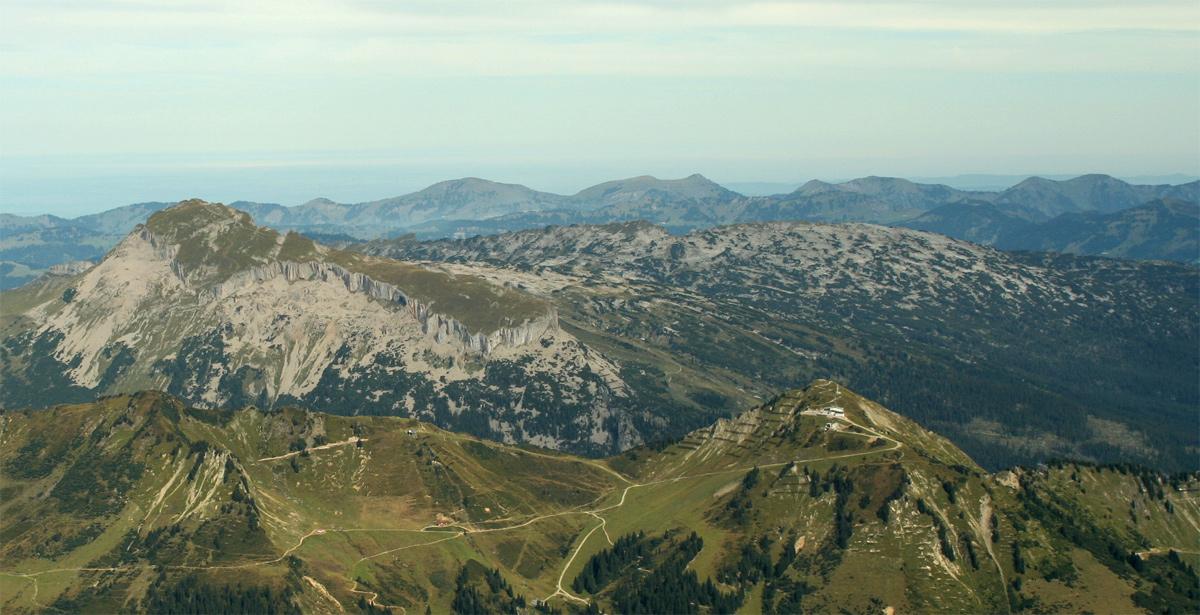 die Ifen Südabdachung vom Gipfel des Widdersteins aus gesehen, im Vordergrund das Skigebiet am Walmendingerhorn