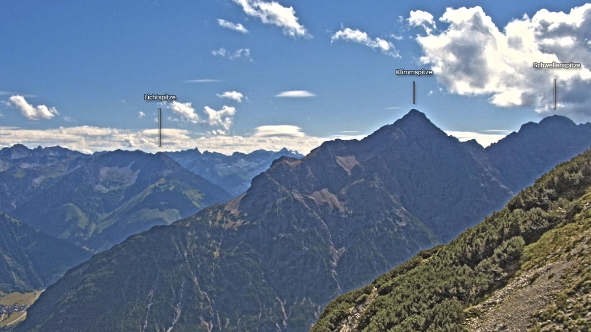 die Klimmspitze bildet den östlichen Abschluss der Hornbachkette - gefolgt von der Schwellenspitze - auf der gegenüberliegenden Talseite fällt die Lichtspitze ins Auge
