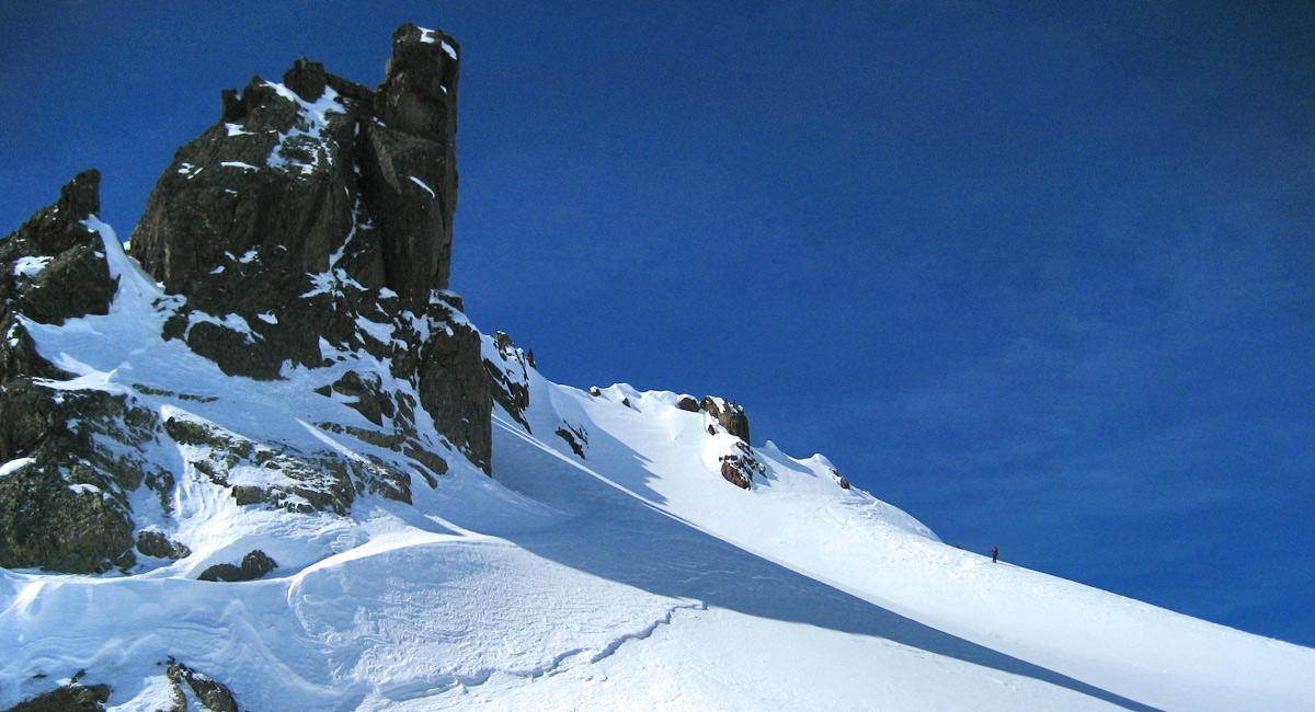 der südlich begrenzende Gratrücken am Kaltenberg weist einige eindrucksvolle Felszacken auf (Verwall)