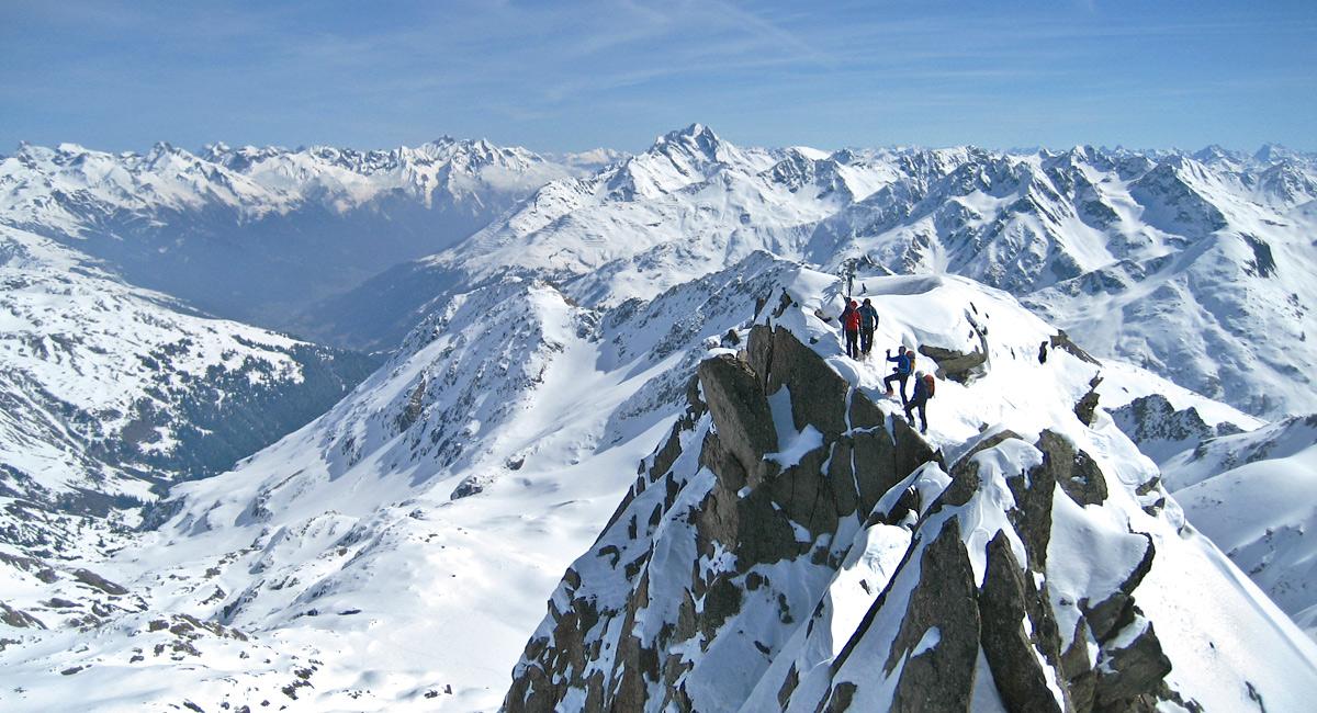 der Gipfel des Kaltenbergs, im Hintergrund links die Lechtaler Alpen und die Bildmitte dominiert der Hohe Riffler