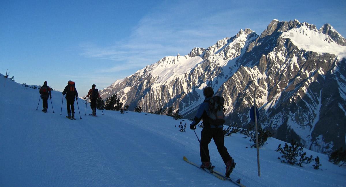 Ausblick vom Aufstieg zum Albonagrat über das oberste Klostertal hin zu den Bergen der südöstlichsten Ecke des Lechquellengebirges mit Grubenjoch-, Erzberg- und Flexenspitze