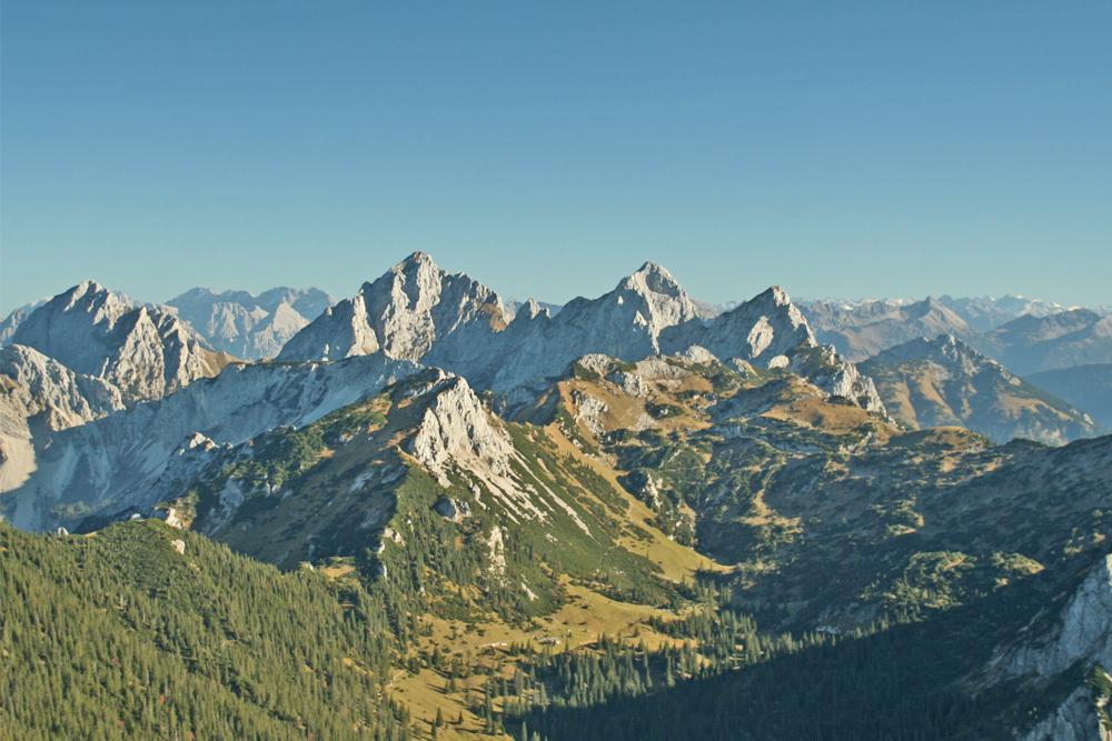 die vier Tannheimer Felsgipfel Gehrenspitze, Köllenspitze, Gimpel und Rote Flüh vom Brentenjoch aus gesehen