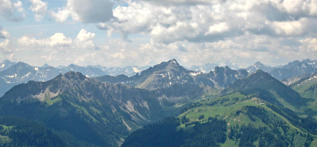 im Zentrum der Aufnahme die Leilachspitze, im Vordergrund links die Litnis und rechts die Sulzspitze und die Liftanlagen am Neunerköpfle bei Tannheim