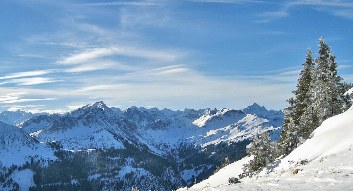 Ausblick in die nordöstlichen Allgäuer Alpen (vornehmlich Vilsalpseeberge), die linke Bildhälfte wird von der Leilachspitze als höchste Erhebung dominiert, im rechten Bildteil scheint der Hochvogel dank seiner Dominanz den höchsten Punkt zu vermitteln, der Schein trügt allerdings