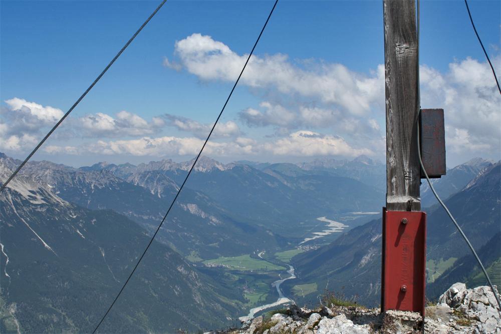 Gipfelblick von der Lichtspitze in das untere Lechtal und seinem charakteristischen Lechzopf zwischen Stanzach und Forchach