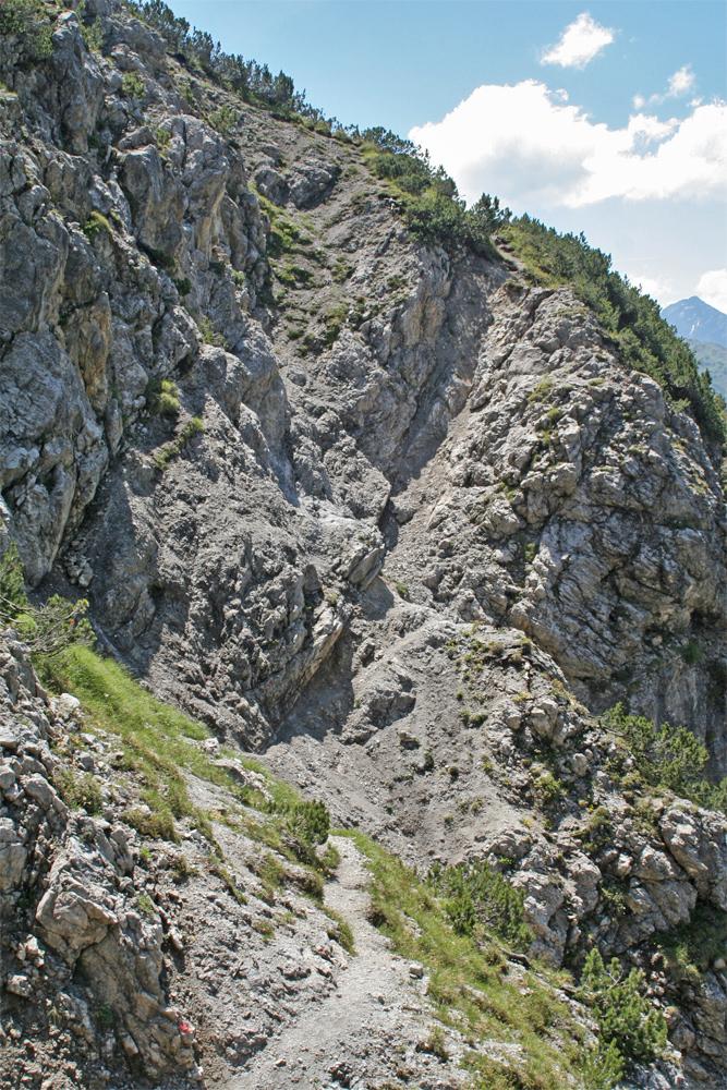 die Schlüsselstelle des Anstieges zur Lichtspitze über den Nordwest-Anstieg (Normalweg) stellen die bröseligen Rinnen und Tobel unterhalb der Nordwest-Flanke des Berges dar