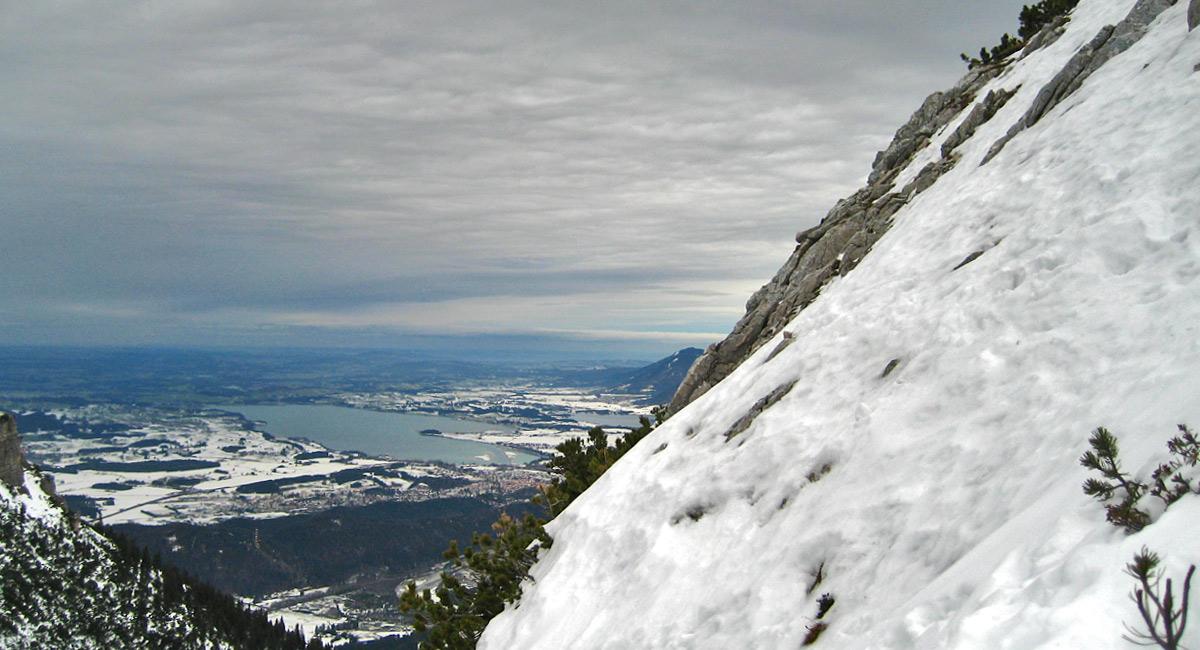 über den steilen Schlussanstieg zu den Wildböden, oder auch Luskopf genannt, eröffnet sich ein schöner Blick auf die Füssener Seenplatte (hier im Bild der Forggensee und der Bannwaldsee)