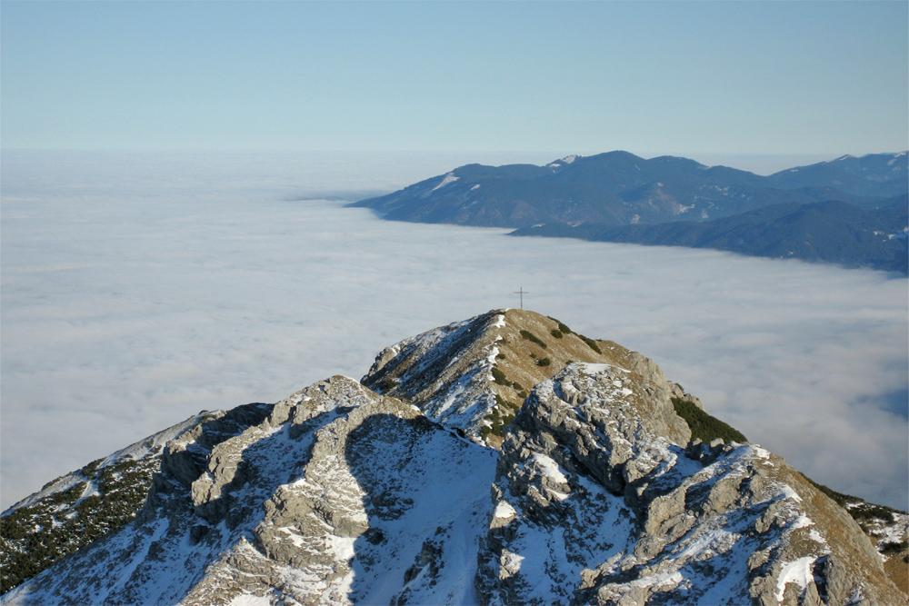 Blick vom Verbindungsgrat auf den Roßberg und das Nebelmeer bei Buching und Halblech