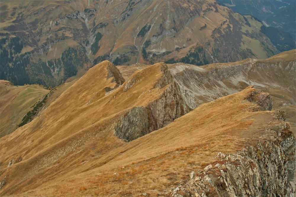 eine mögliche und durchaus lohnende Ab- bzw. Aufstiegsvariante stellt der Westgrat der Rotschrofenspitze dar, Trittsicherheit und Schwindelfreiheit erforderlich