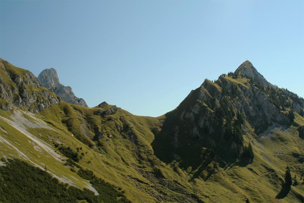 Blick aus der Wanne südlich der Köllenspitze auf Sabachjoch (über dem Joch ist noch die Gehrenspitze zu sehen) und Schneid