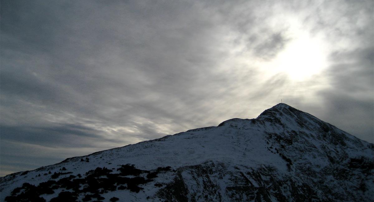 Ausblick vom Schrofen am Gehrenjoch auf die Schneid mit ihrem langen Ostgrat und die Frauenweide unter der Wintersonne