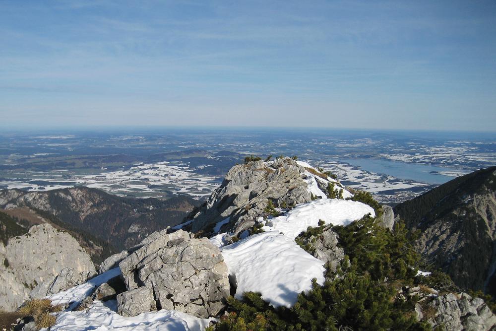 von der Sefenspitze schweift der Blick gegen Norden über die Füssener Seenplatte im Ostallgäuer Alpenvorland