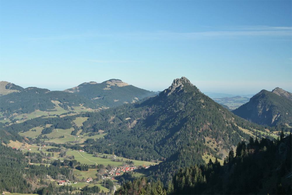 Ausblick vom Jochschrofen auf Unterjoch und den Sorgschrofen, im Hintergrund die Alpspitze und der Edelsberg