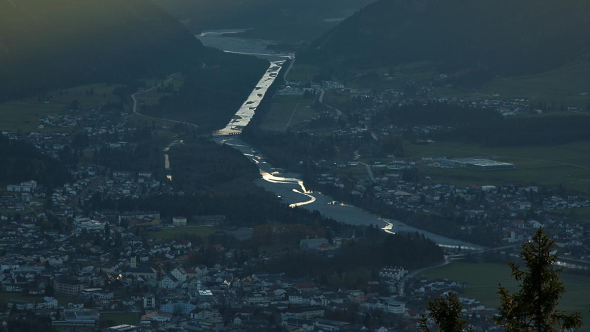 der Lech schimmert im letzten Tageslicht, während er von Weißenbach kommend durch den Reuttener Talkessel fließt