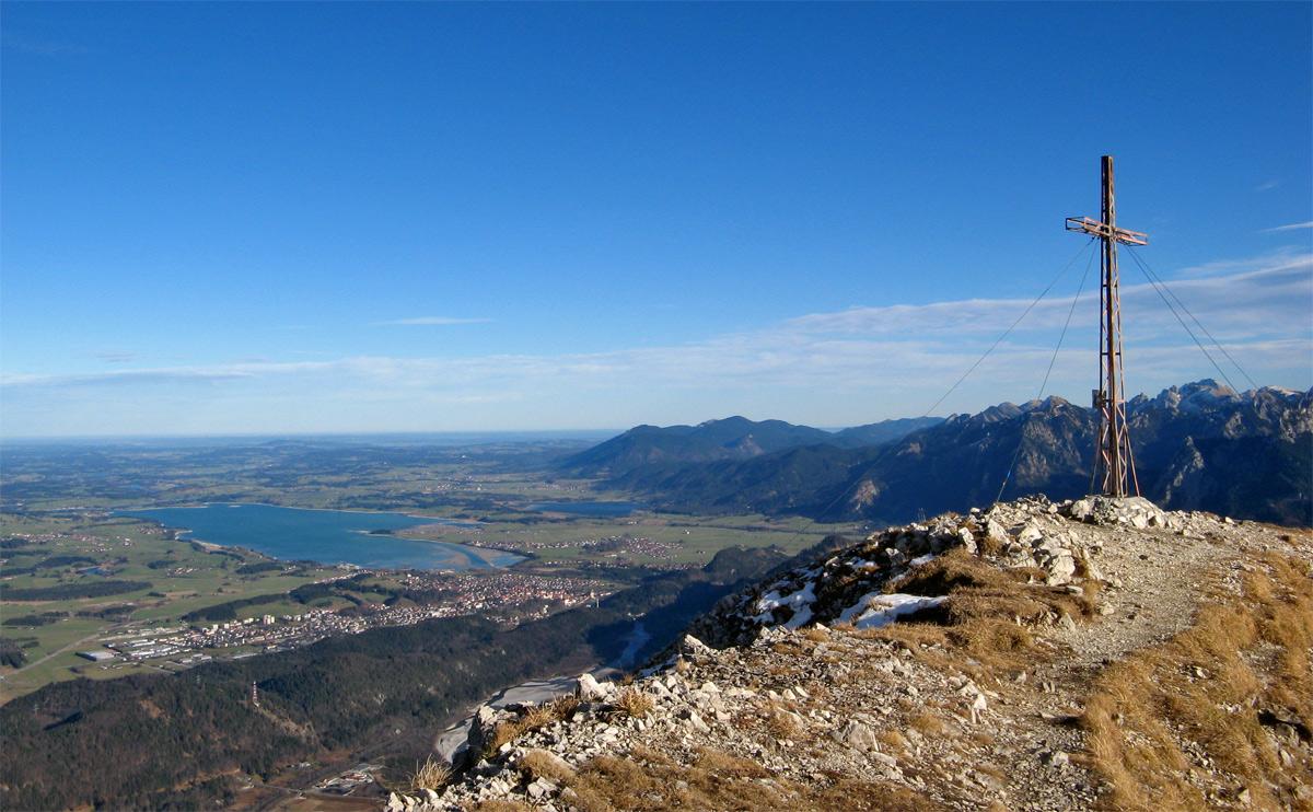 Gipfelblick vom Vilser Kegel auf das Ostallgäu und die Füssener Seenplatte mit Forggen- und Bannwaldsee