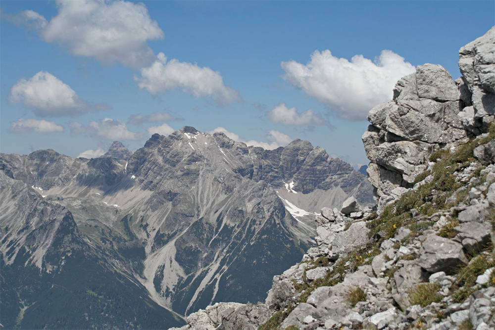 Blick auf die Wasserfallkar- und Schwellenspitze von Süden, im Hintergrund spitzelt noch der Gipfel des Hochvogel über den Grat
