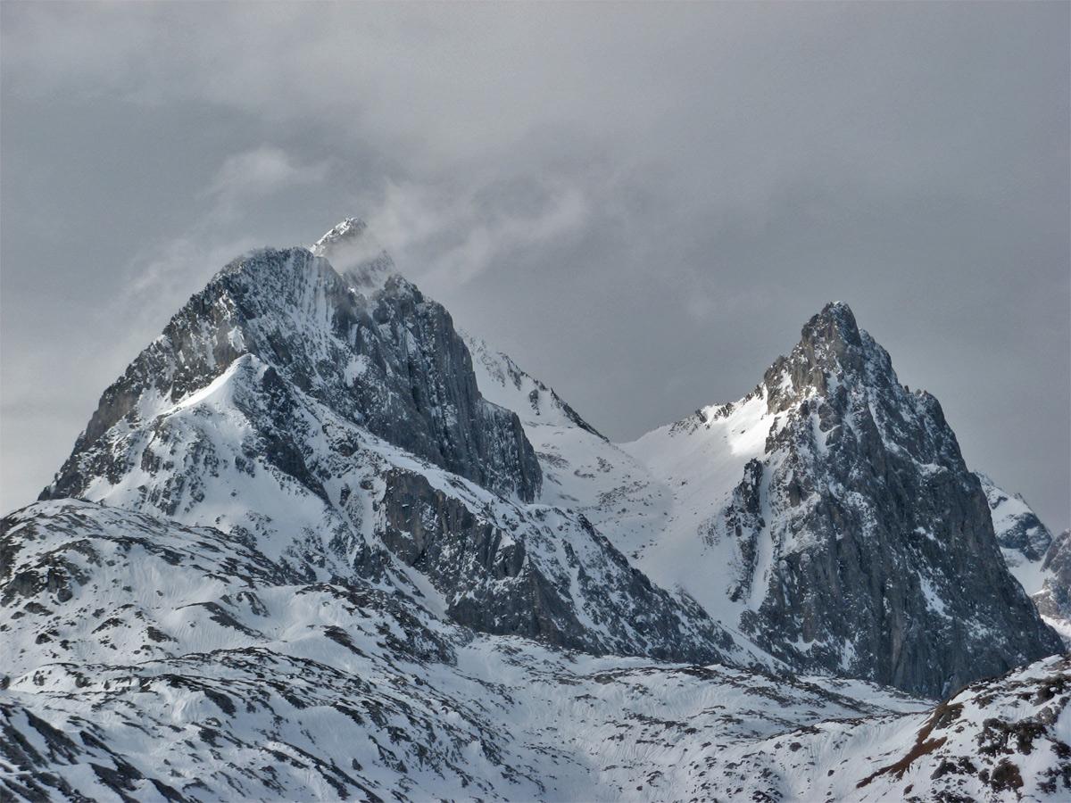 über die Weißschrofenspitze führt auch der bekannte Arlberger Klettersteig, rechts Fallersteißspitze